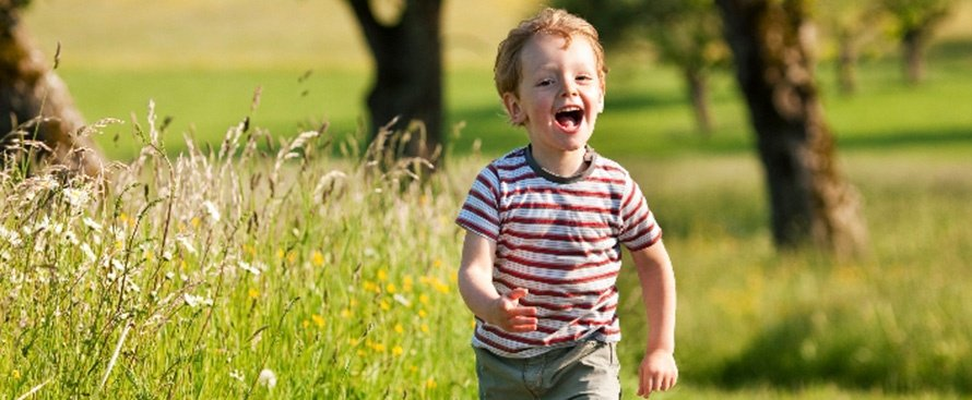 Niño corriendo feliz áreas verdes - COVID-19